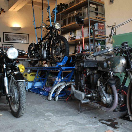 Photos du château de La Baronnière : les motos anciennes du garage