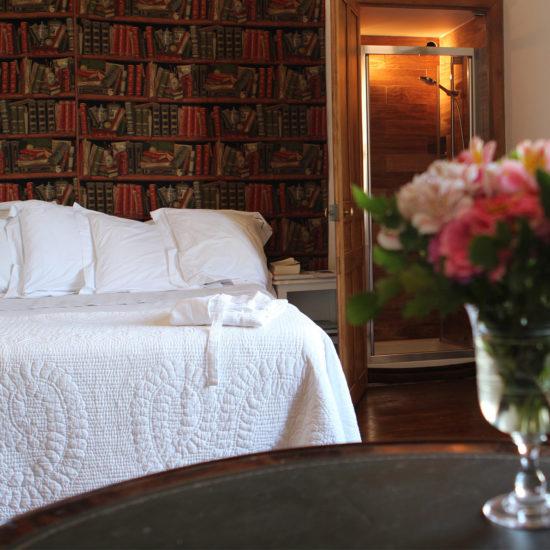 Photos du château de La Baronnière : la chambre de Monseigneur avec une douche cachée dans un placard