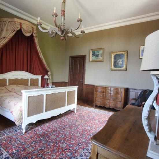 Photos du château de La Baronnière : la chambre des parents et sa salle de bains
