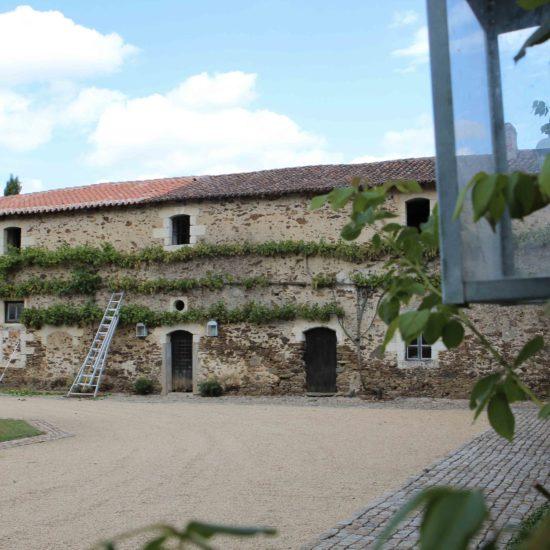 Photos de La Baronnière : la façade nord de la cour carrée et pavée