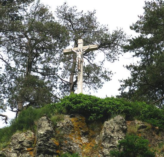 Photos de La Baronnière : la grande Croix du Christ domine le Cirque de Courossé