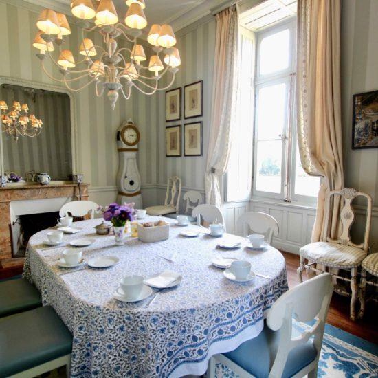 Photos du château de La Baronnière : petit-déjeuner dans la petite salle à manger
