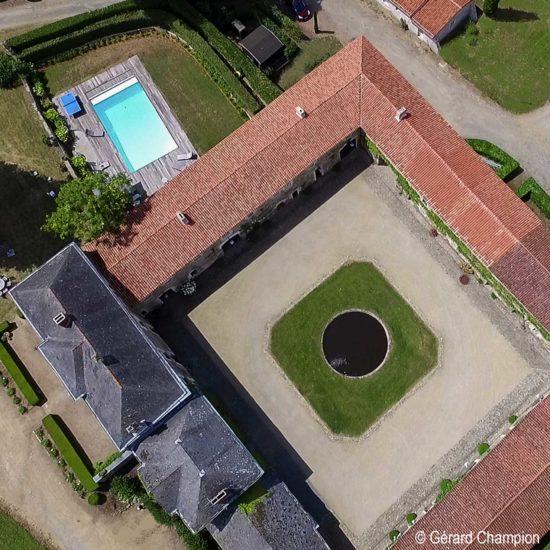 Photos de La Baronnière : vue aérienne de la piscine, de l'Orangerie et de la cour carrée