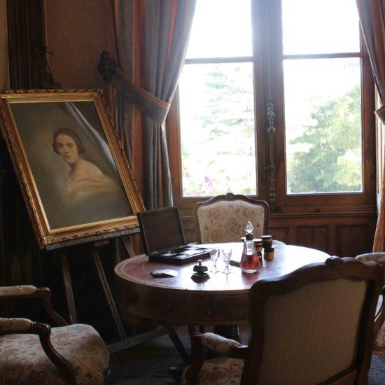 Photo de La Baronnière : la table de jeux du grand salon du château