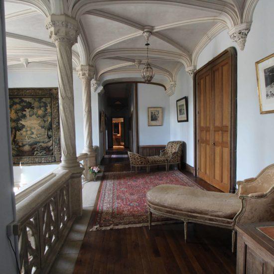 Photos du château de La Baronnière : le couloir du premier étage avec les méridiennes
