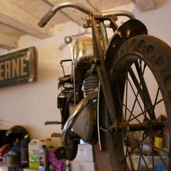 Photos du château de La Baronnière : déco vintage du garage