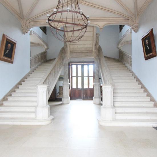 Photos de La Baronnière : le grand escalier du château est classé Monument historique