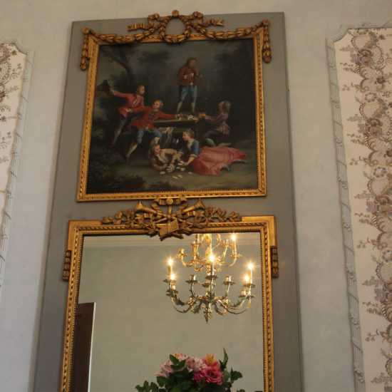 Photos du château de La Baronnière : le trumeau peinture et miroir de la chambre Louis XVI