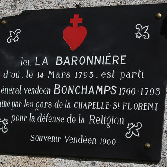 Photos de La Baronnière : la plaque du Souvenir vendéen posé en 1960 en mémoire de Bonchamps sur la façade de la chapelle