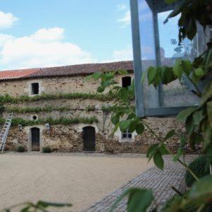 La cour carrée XVIIème : découvrez les lieux remarquables et l'histoire du château de La Baronnière.