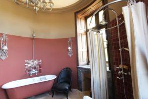 Les séjours : le domaine du château de La Baronnière et ses 15 chambres du château de La Baronnière peut être privatisé dans son ensemble. Ici, la salle de bains de la chambre des parents.