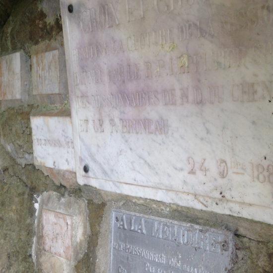 Les ex-voto dans la grotte de Courossé