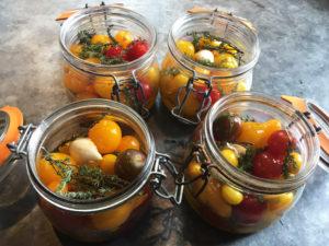 La Baronnière - Conserve de tomates : ajoutez de l'ail, du thym et de l'huile d'olive