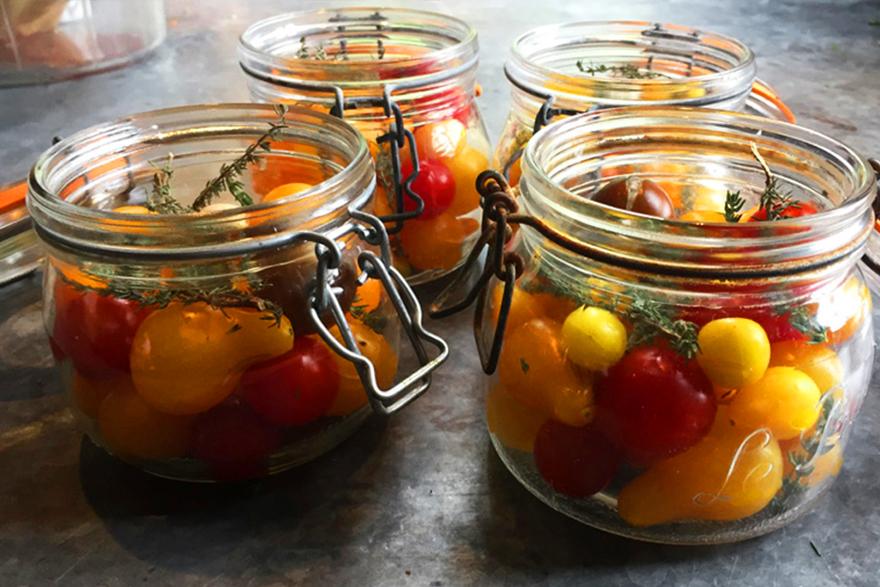 Bocaux de tomates en conserve aux herbes réalisés au château de La Baronnière en septembre 2017
