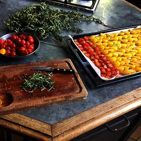 Préparation des tomates séchées dans le château de La Baronnière