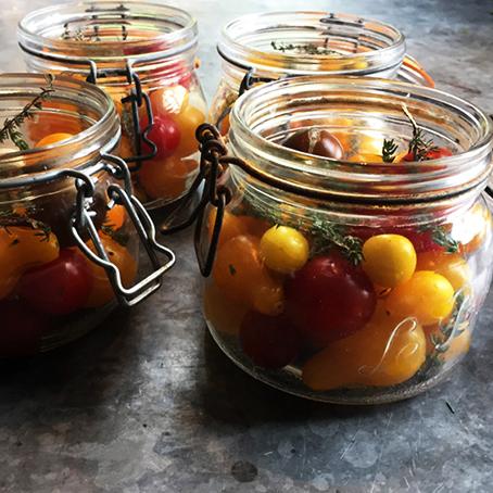 Tomates en bocaux dans la cuisine du château de La Baronnière