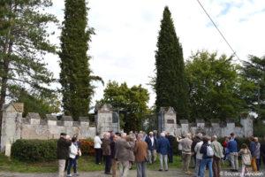 Guerre de Vendée : les membres du Souvenir vendéen devant la grille d'entrée du château de La Baronnière