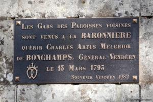 Guerre de Vendée : la plaque mémorielle restaurée sur le pilier de la grille d'entrée de La Baronnière