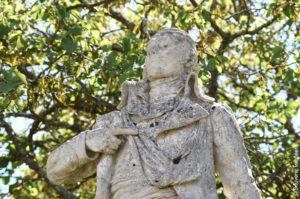 Recueillement du Souvenir vendéen devant la statue de Charette de La Contrie, héros des Guerres de Vendée, devant l'église de Couffé dans le Maine-et-Loire.