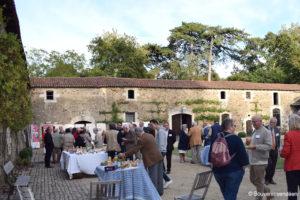 Guerre de Vendée : pot du Souvenir vendéen dans la cour de La Baronnière
