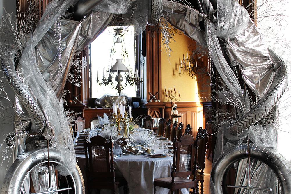 Pour le Nouvel An à La Baronnière, les invités passent sous une arche de pneus pour entrer dans la salle à manger.