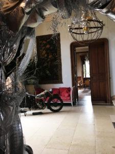 Une moto Terrot et un lustre mécanique dans le hall d'entrée de La Baronnière à l'occasion du Nouvel An.