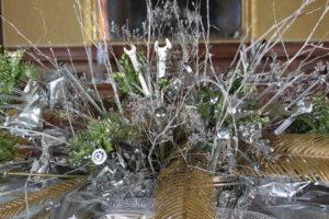 Explosion de vis, de clés et de branchages pour le bouquet central du Nouvel An.