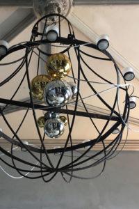 Le lustre du hall d'entrée de La Baronnière décoré à l'occasion du Nouvel An.