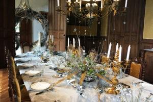 La table de la salle à manger or et argent pour le Nouvel An à La Baronnière.