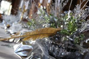 Pour le décor du Nouvel An, le bouquet central est composé de bouquets de vis et de palmes or.