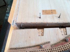 """Sur la table d'harmonie, la plaque portant la marque du fabriquant : """"Par brevet d'invention. Érard à Paris""""."""