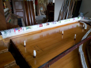 La table d'harmonie du piano de La Baronnière décapée et vernie.