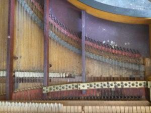 Les cordes du piano de La Baronnière avant restauration.