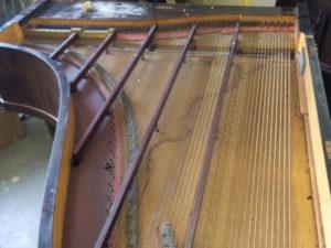 La table d'harmonie du piano de La Baronnière avant restauration.