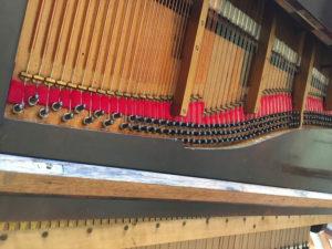 Table d'harmonie, cadre et cordes du piano restauré.