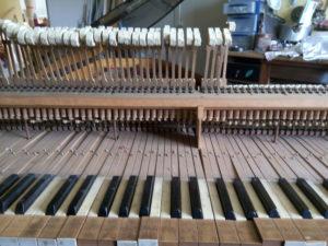 Les marteaux et les touches du piano de La Baronnière avant restauration.