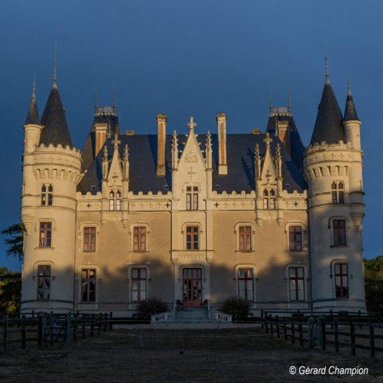 Photos de La Baronnière au soleil couchant : la façade est du château