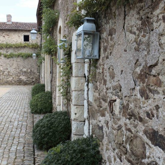 Photos de La Baronnière : pavés et lanternes sur la façade est de la cour carrée XVIIè