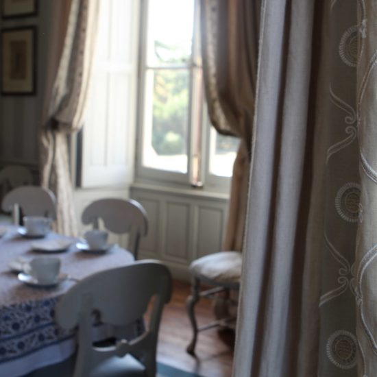 Photos du château de La Baronnière : détail des rideaux de la petite salle à manger