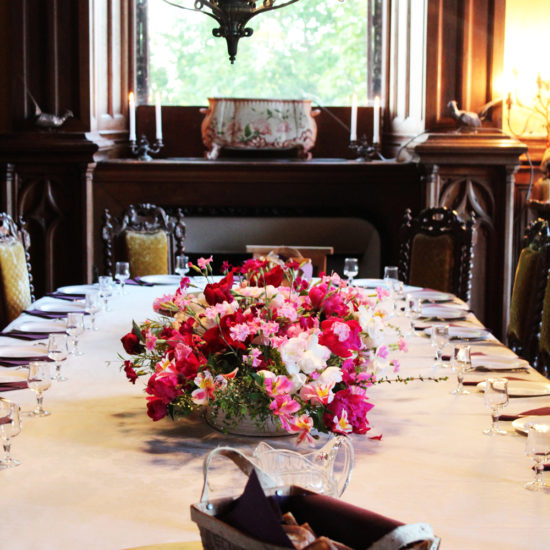 Photos de La Baronnière : décoration florale dans la salle à manger du château