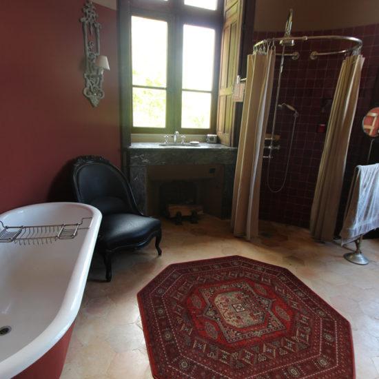 Photos du château de La Baronnière : baignoires et douche à l'ancienne dans la salle de bains de la chambre des parents