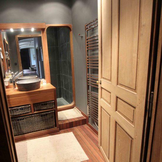 Photos du château de La Baronnière : la salle de douches commune du premier étage