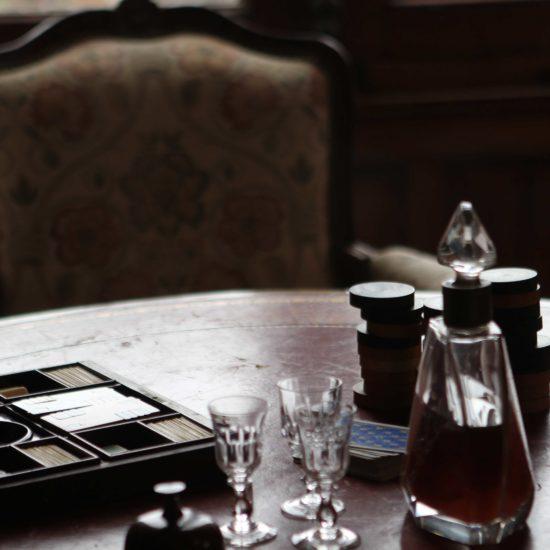 Photos de La Baronnière : jeux de carte et de dames dans le grand salon du château