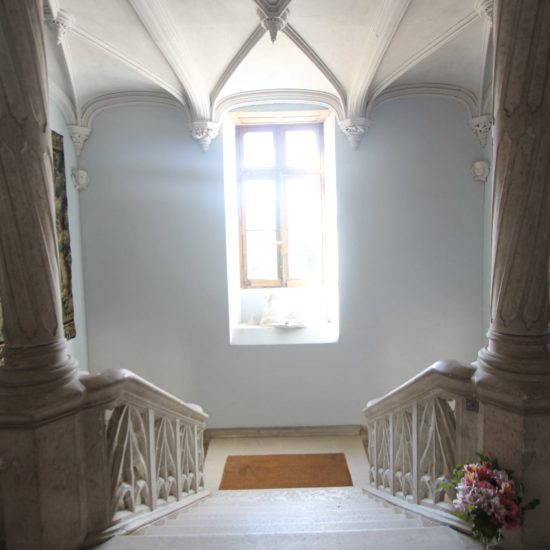 Photos de La Baronnière : le grand escalier et les tapisseries du château