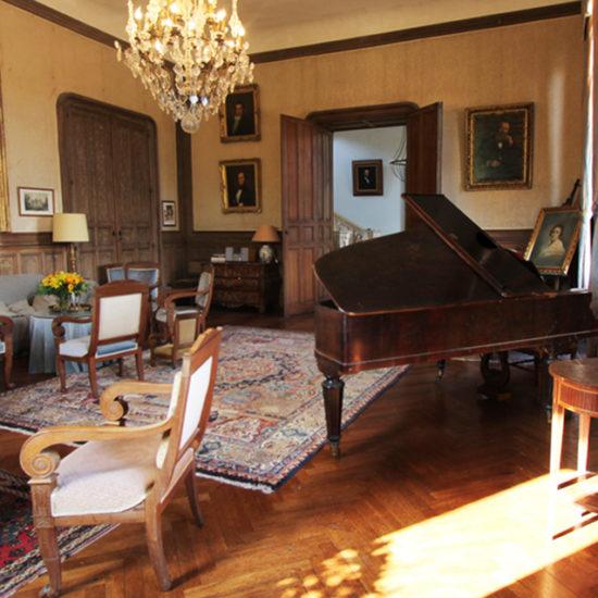 Photo de La Baronnière : le grand salon du château XIXème