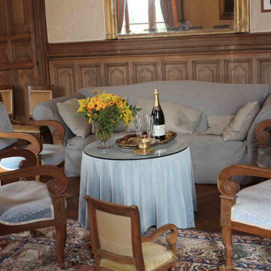 Photos de La Baronnière : la petite table du salon du château