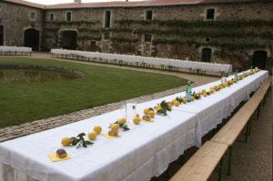 Locations : un banquet dans la cour carrée du château de La Baronnière