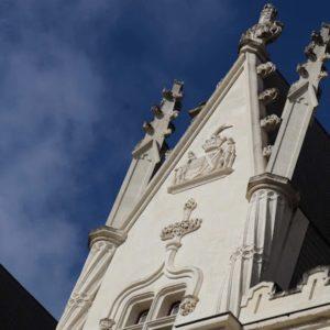 Le fronton du château : découvrez les lieux remarquables et l'histoire du château de La Baronnière.