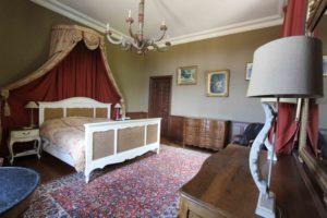 Les séjours : le domaine du château de La Baronnière et ses 15 chambres du château de La Baronnière, comme la chambre des parents, peut être privatisé.