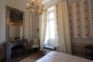 Les séjours : le domaine du château de La Baronnière et ses 15 chambres du château de La Baronnière, comme la chambre Louis XVI, peut être privatisé.